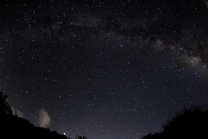 日が暮れると空は満天の星空となります。天の川と宝石のように輝く星々が織りなす石垣島での夜空は、プラネタリウムのようです。