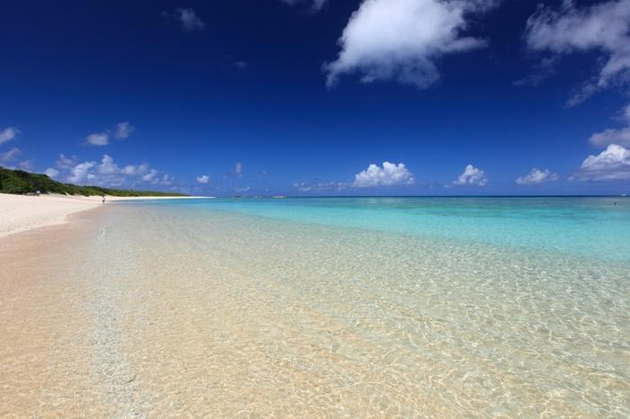 八重山諸島一番の透明度を誇るニシ浜ビーチ。抜けるような青空、ぽっかりと空に浮かぶ白い雲、抜群の透明度を誇る碧い海、日射しを浴びてキラキラと輝く白い砂浜が織りなす景色は、地上に舞い降りた楽園のようです。