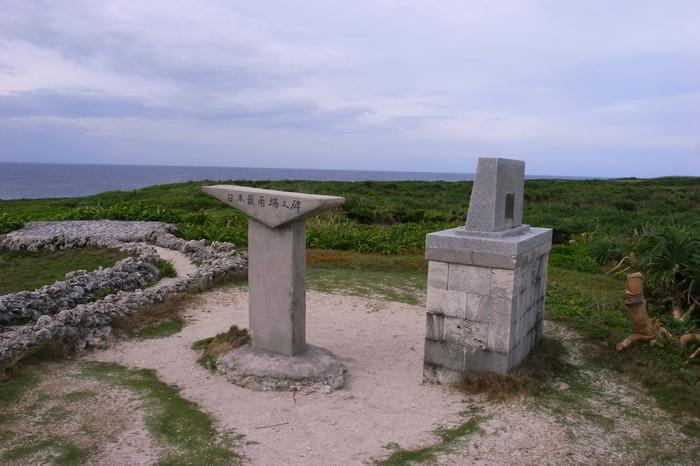 高那崎には、「日本最南端」と刻まれた石碑があります。この石碑は、1970年に、北海道を出発地として日本縦断旅行を敢行した学生の手によって、旅の終着地として記念に建てられたものです。