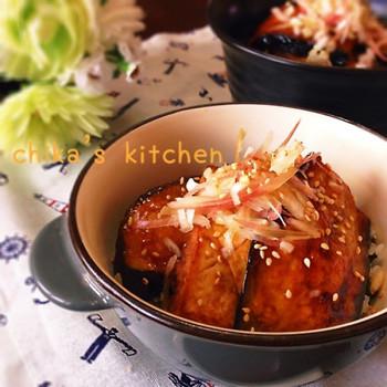 茄子を蒲焼きにして、ゴマと刻んだ大葉を混ぜた薬味ご飯に乗せるだけの簡単丼。ネギとミョウガを最後に乗せてさらに風味倍増♪