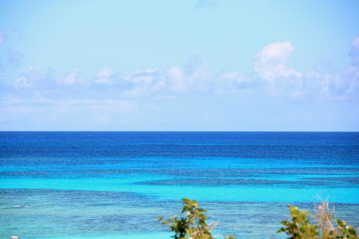 「ハテルマブルー」と形容される碧い海が広がるニシ浜ビーチ。地上からも透けて見える海底の白砂とサンゴ礁のコントラストの美しさは格別です。