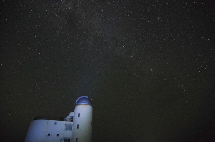 空気が澄んで街灯の少ない波照間島は、日本で最も多く星が観測できる地として知られています。4月から6月の晴れた夜には、南十字星が輝き、夜空の美しさを引き立てています。