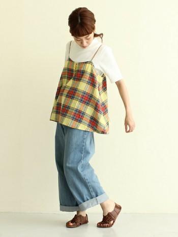 ワイドパンツは、動きやすくトレンド感もばっちり!女性らしいフレアなシルエットのチェック柄のキャミソールは、ベーシックなカットソーやブラウスと重ねるだけで、着こなしをぱっと明るくしてくれますね。