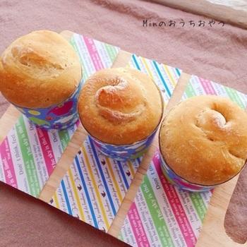 こちらも材料を入れた袋をモミモミするだけで、とっても簡単に作れる黒糖パンです。レンジを使うと発酵も楽ちん!まるでカップケーキのような可愛いパンは、お友達へのプレゼントにもぴったりですね♪