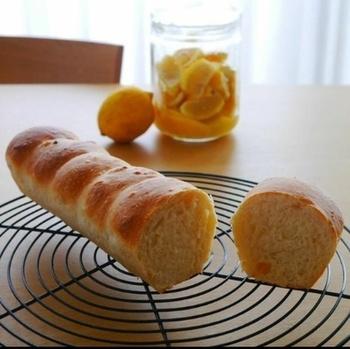 レモンの酸味と爽やかな香りが、夏にぴったりの塩レモン食パン。「塩レモン」はドレッシングをはじめ、様々な料理に使える万能調味料として人気ですよね。夏らしいレモンの風味は、パンとの相性も抜群!塩レモンを手作りしたい方は、次にご紹介する塩レモンのレシピをぜひ参考にしてくださいね♪