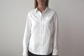 オールシーズン使えて使い勝手の良い白いシャツ。「THE」のシャツは綿のカシミアとも呼ばれるスーピマコットンを使用したオックスフォード生地で、着心地抜群です。