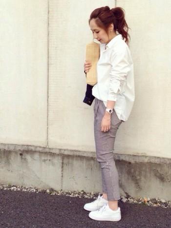 オーバーサイズの白シャツに細かいギンガムチェック柄のパンツを合わせた大人カジュアルコーデ。靴や時計なども白で揃えて爽やか☆