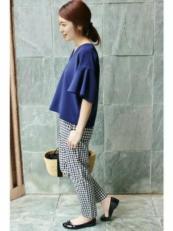 女性らしいシルエットのギンガムサブリナパンツに、フレアな袖が美しいブルーのトップスを合わせて。フラットパンプスやかごバッグを使うことで、フレンチなコーデになります。
