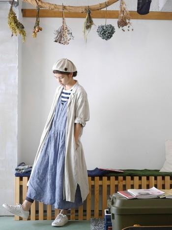 爽やかなロングワンピースに同じくロング丈のシャツワンピースを羽織り風に重ねた旬のレイヤードスタイル。ナチュラルカラーでまとめると優しい印象になりますね。ベレー帽など小物で個性をプラスして♪
