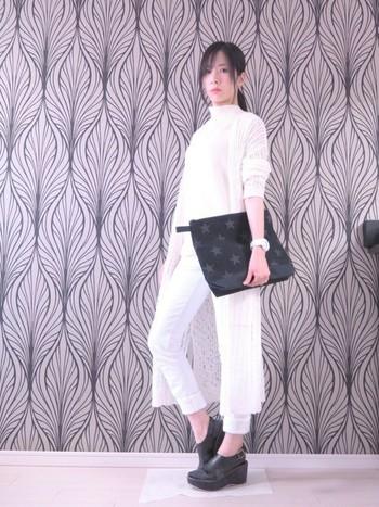 ホワイトコーデにさらに透け感のある白のロングカーディガンをプラス。大ぶりの黒バッグと存在感のあるシューズを合わせるとスタイリッシュに決まります。