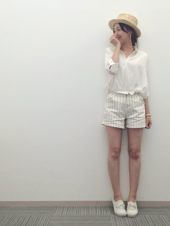 白シャツ&ショートパンツ&白シューズという夏の元気スタイルも、カンカン帽をちょこんとかぶればしっかり成立しちゃいますね♪