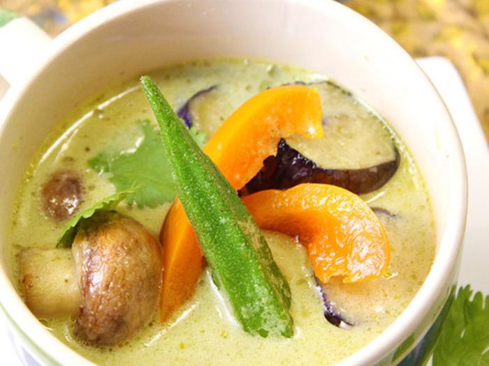 グリーンカレーペーストから作る本格的なレシピ。ライムやパクチーでさっぱりしつつナンプラーの香りがタイの雰囲気を盛り上げます。