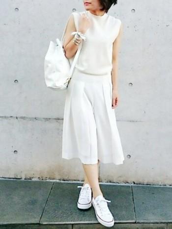 例えば、オールホワイトコーデは清楚なお嬢様風になりやすいですが、スニーカーを合わせると品を残しつつ適度にカジュアルダウンできます。