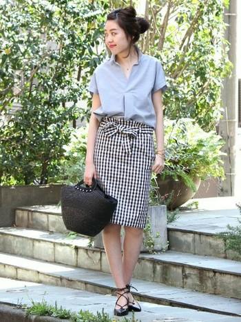 タイトなギンガムスカートと淡いブルーのスキッパーシャツの組み合わせ♪大人のラフ感漂う、初夏を感じるスタイルに仕上がっています。