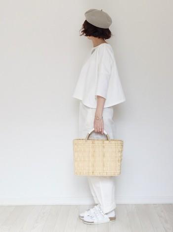 靴下やサンダルまで白でまとめても、グレーのベレー帽とカゴバッグが夏のお出かけ感をかわいく演出。