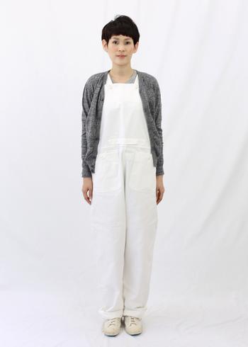 白となじみやすいグレーを差し色にすると品良くまとまりますね。