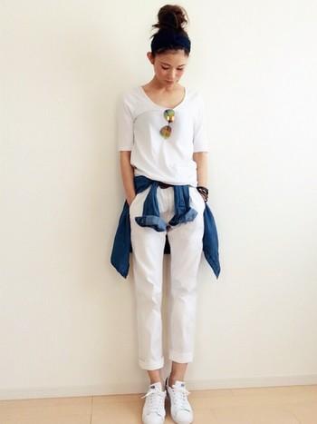 デニムシャツの腰巻きはオールホワイトコーデの鉄板スタイル☆