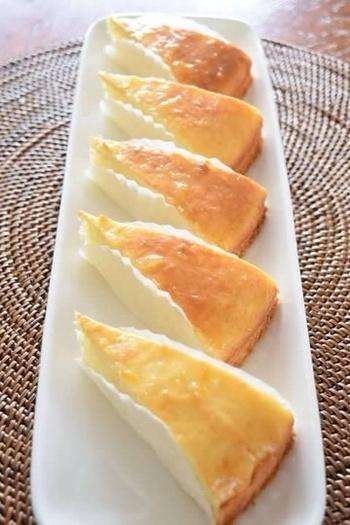 ホットケーキミックスを使って、簡単にパンケーキを作ろう!  [材料](※20㎝型で12ピース分) ホットケーキミックス・・・200g 水切りヨーグルト・・・100ml 卵・・・1個 グラニュー糖・・・40g 溶かしバター・・・20g レモン果汁・・・大さじ1 <シロップ>(※あらかじめ混ぜておくこと。) オレンジマーマレード・・・大さじ1/2 コアントロー・・・大さじ1/2