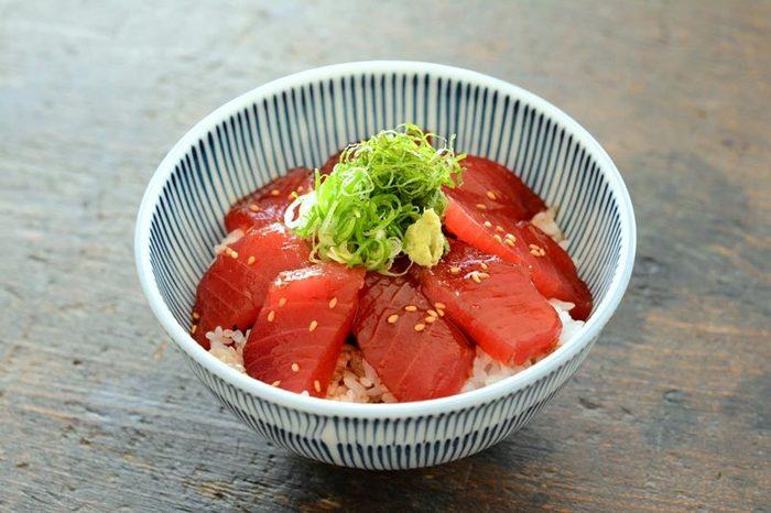 まぐろの漬け丼のレシピです。漬けにすると、生のお刺身とは違った味わいが楽しめますね♪お刺身が残った時は、漬けにすると翌日でも美味しく食べられます。