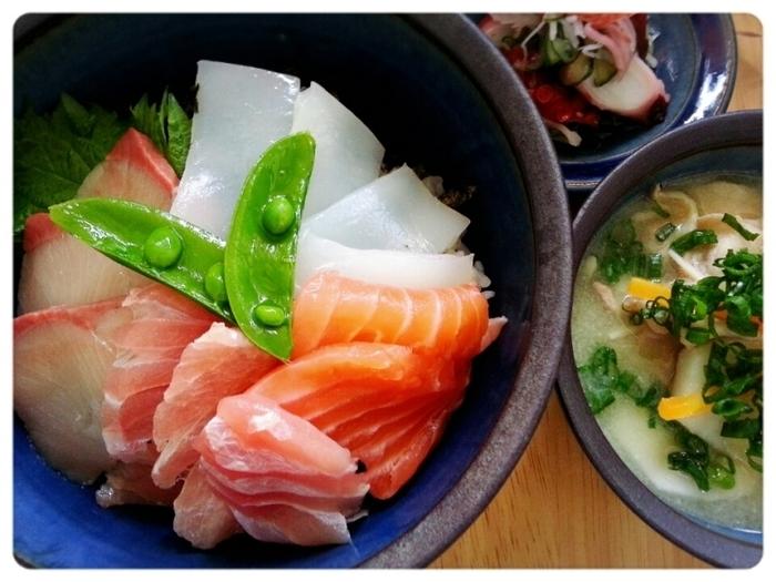 究極の横着晩ご飯♡乗っけただけ~の海鮮丼!お刺身の種類でも、色々楽しめますね。