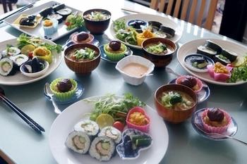 お家で作れる楽しいお寿司レシピを、盛り沢山でご紹介しました。 手巻き、巻き寿司、丼物、ちらし寿司、手鞠寿司、押し寿司、茶巾寿司、握り寿司など…昔から作られているものでも、現代風のアレンジを加えてあったり、カップ寿司やケーキ寿司なんて、新しいお寿司のスタイルがあったりと。こんなに種類が多いなんて、なかなかお寿司って奥が深いものですね。