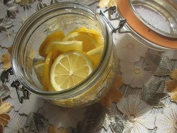 レモンを塩で漬けるだけで、簡単に手作りできる「塩レモン」。レモンは皮も丸ごと漬けるので、農薬・防腐剤などを使っていないものがベストです。爽やかな風味の塩レモンは、夏の様々なお料理に大活躍してくれます。