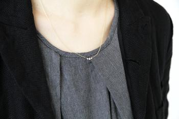 胸元に透明感あふれる3粒の輝きが、シックなのに華やかな雰囲気を作り出してくれる美しいネックレス。華奢なデザインはTシャツにもワンピースにもピッタリです♪