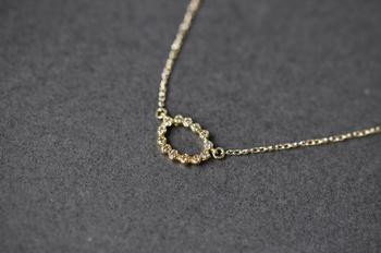13粒のダイヤモンドを、アンティークのような雰囲気の楕円のカタチにそっと並べた繊細なネックレス。