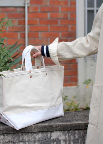 手で掴んでも、腕に通しても、肩に掛けても。トートバッグはパッと手に取りやすいのがとっても心地よいですよね。