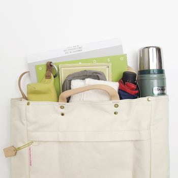 中身が見易く出し入れしやすいトートバッグは、オンもオフも一緒が心地良い。オフィスやちょっとしたお出掛けにも、トートバッグが大活躍です。