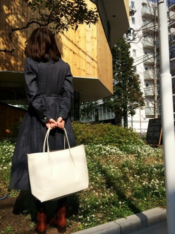 持ち手の細い華奢なトートバッグで、ダークトーンのコーデに一気に華を添えます。