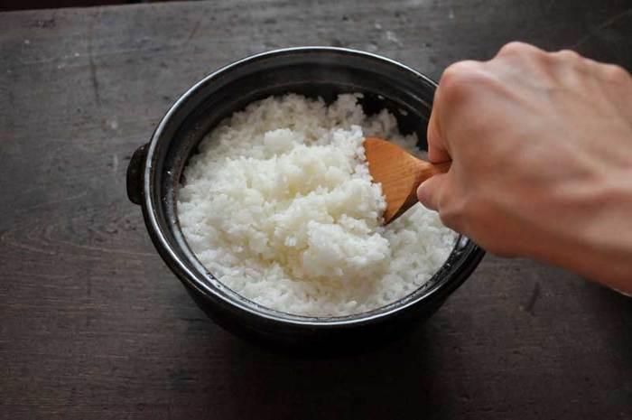 ふっくらツヤツヤに炊けたご飯は土鍋だからこそ美味しさが引き立ちますね!慣れてしまえば手間も時間もかからずとっても簡単!!土鍋は水を長時間入れておくとひび割れの原因になりますのでご飯を浸水させるのは違う容器で行いましょう。