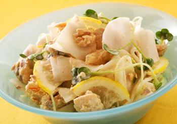 かいわれのほろ苦さとレモンの酸味が爽やかな、鮭の缶詰を使った簡単スピードサラダです。大根をできるだけ薄く切ると、繊細な食感が楽しめます。