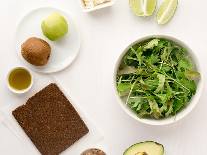 フルーツたっぷりのサラダです。ライムとはちみつのドレッシングと一緒にどうぞ。ライ麦パンとよく合いますし、ベリー類を加えてもいいですね。