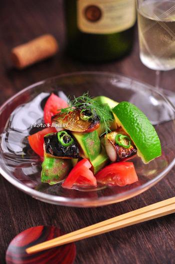 トマトとアボカド、焼いた塩鯖には白ワインビネガーを少々と、仕上げにライムを。鯖とライムの相性が不思議とイイのです。味わい深い組み合わせのエスニックな鯖サラダと言ったところでしょうか。