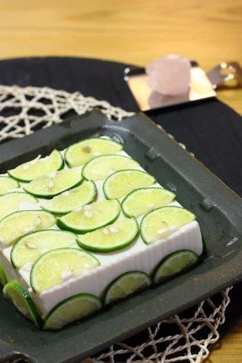 すだちを切って、豆腐に貼るだけ。少し置いて香りと味がうつれば完成です。お好みで塩やだし醤油などをかけて召し上がれ♪