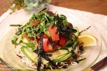 野菜はお好みのものを用意して、黒こしょうは多めが美味しいです。仕上げに添えたレモンを絞ってさらに爽やかな風味を楽しんで下さい。そうめんはキリっと冷やして、器も冷やすと◎。酷いツワリの妊婦さんも、これなら食べられる!というレシピです。