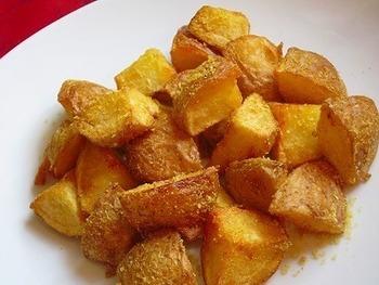 ポテトは皮つきで揚げると独特の風味があっておいしく揚がります。それをカレー風味のチーズ味に味付けして食べます。おつまみにも重宝するメニューですね。