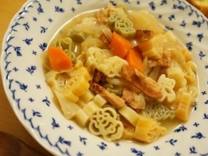 べジブロスで作ったベーコンと野菜のスープパスタ。ベジブロスは、冷凍しておくこともできるので、必要なときに解凍して簡単にスープを作ることができるのです。