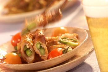 ニンニクの茎が好きな人も多いかもしれません。これを豚肉で巻いて香ばしく焼きます。バラ肉から脂が出てくるので、それを利用すると揚げ焼き状態で焼けます。