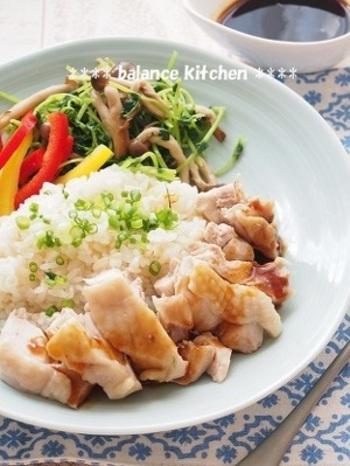 ベジブロスで炊くシンガポールチキンライスです。炊飯器に材料を入れて、スイッチを押せばできあがるので簡単です。それでいて、野菜の旨みと栄養成分はしっかり入っているので健康にもいいんですね。