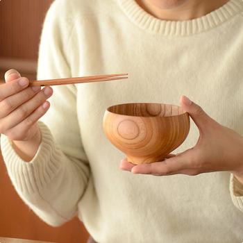 お料理を包み込んでくれるかのように内側にカーブしたフチの部分は、飲みやすさを考えてデザインされたもの。