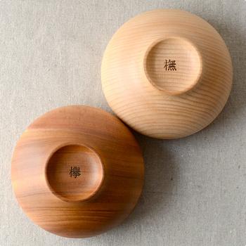 木の種類は、ナチュラルな欅(ケヤキ)と、洗礼された印象の橅(ブナ)の2種類。家族で同じものを使って統一感を出しても良いし、違う種類のものを使っても、やさしいコントラストで食卓が明るい印象になります。