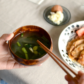 料理を盛り付けても、手に負担がかからない丁度良い重さになるようつくられており、手に持ってみると、その軽さと薄さに驚きますよ。