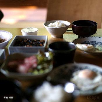 平椀は口径が広く、浅めのつくり。大きな具を入れるお雑煮やつみれ汁などが似合う椀です。