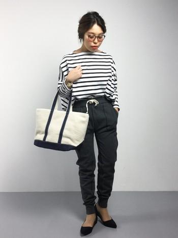 ダークカラーのスウェットに、定番ボーダーのカットソーを合わせて。少し細身のパンツと女性らしい足元がきれいめに着こなせるコツ。シンプルなトートバッグも、コーデを全体的に上質なものへとしてくれています。