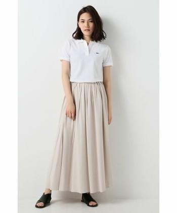 ピンクベージュのロングスカートと合わせた淡い色合いが可愛らしい。足元は黒で締めて甘すぎず◎ポロシャツinで脚長効果もあり、スタイルが良くみえる着こなしです。