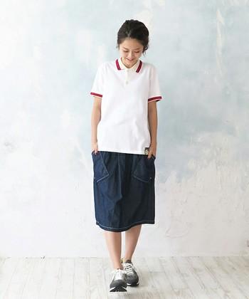 スカートで作るスポーティーMIX。カジュアルな定番素材・デニムと合わせると絶対はずしませんね♪襟と袖の赤いアクセントラインがポイントに。