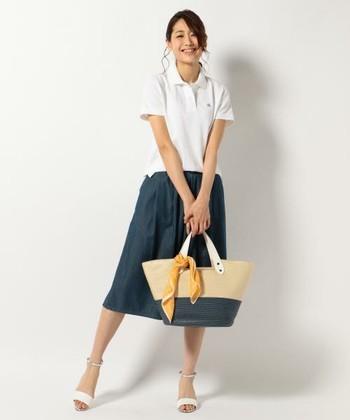 白ポロシャツ×ネイビー色のスカートで爽やかな配色が素敵。華奢なサンダルで、さらに女性らしい印象へ。きれいめシンプルで清楚感も抜群です◎