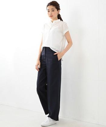 薄手生地のポロシャツをチョイスしたパンツスタイル。ちょっぴり透け感のあるポロシャツを、上品に着こなしています。スカートじゃなくても清楚な雰囲気はつくれます。